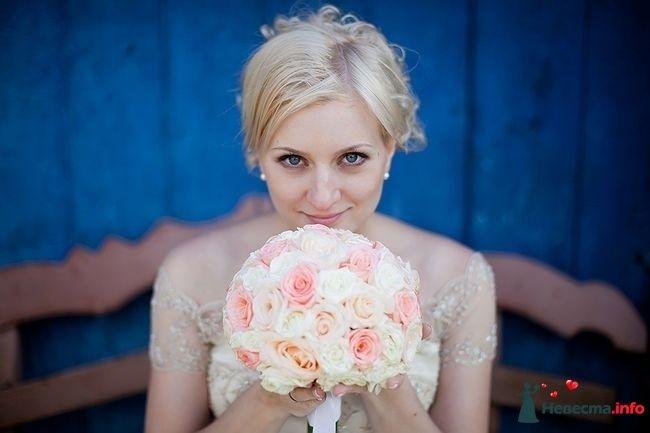 Букет невесты в круглом стиле из белых и розовых роз, декорированный белой лентой - фото 111135 Невеста01