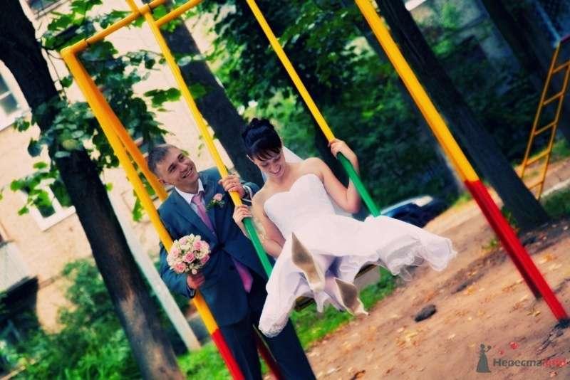 Жених катает на жёлтых качелях невесту в белом длинном платье - фото 43482 Santei