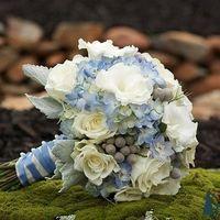 Бело-голубой букет невесты из гортензий, роз и эустом  206270l