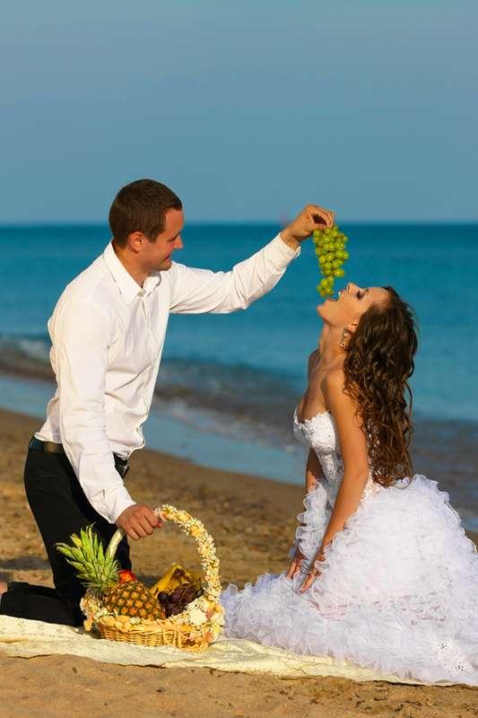 Жених с корзиной тропических фруктов кормит свою возлюбленную виноградом, она одета в белое пышное платье - фото 542967 Фотограф Николай Хорьков