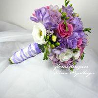 Букет с ароматной фрезией, розовыми розами и лизиантусом