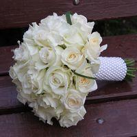 Классика жанра-круглый букет из белых роз