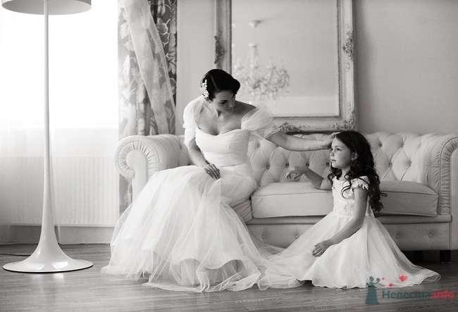 Девочка в белом пышном платье сидит рядом с невестой в комнате со старинным интерьером - фото 39019 Dress 4 Sale
