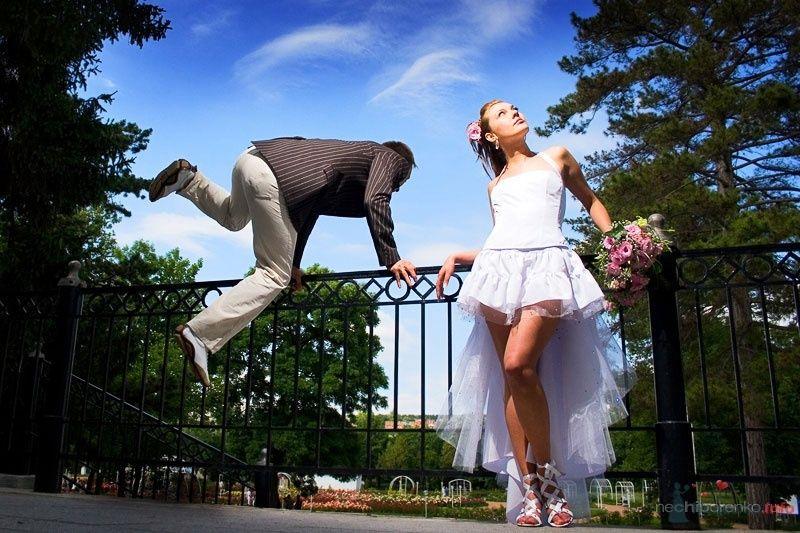 Жених перепрыгивает через забор, рядом стоит невеста - фото 54244 Wamira