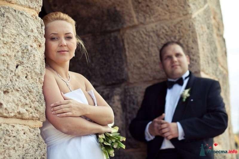 Жених и невеста стоят возле серой кирпичной стены - фото 89131 Romanetes