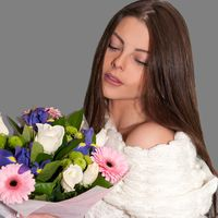 Невеста с букетом невесты из ирисов, роз и гербер в руках