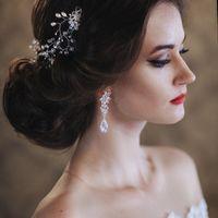причёска невесты с дизайнерским украшением