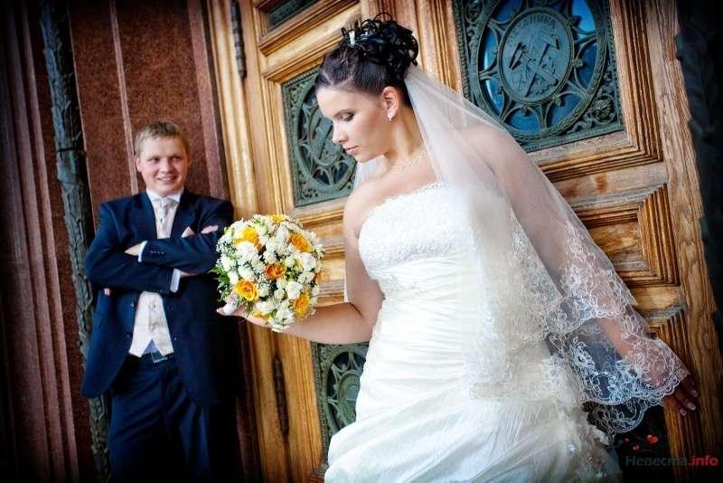 Жених и невеста стоят у входа в дом - фото 60020 Ленолиум
