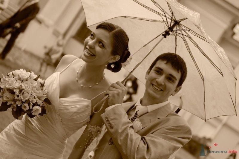 Жених и невеста стоят, прислонившись друг к другу, на улице под зонтом - фото 42499 aiyayai
