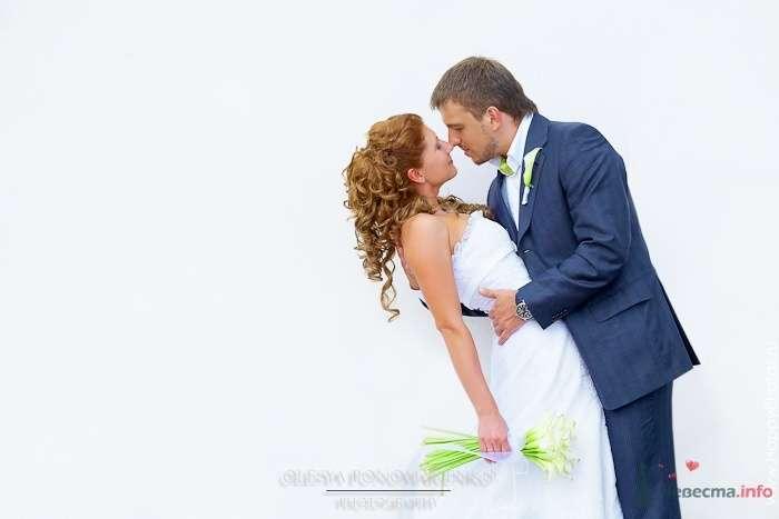 Жених и невеста стоят, прислонившись друг к другу - фото 51199 Невеста01