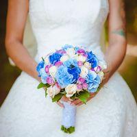 Букет невесты из голубых гортензий и розовых роз