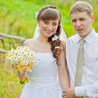 Жених и невеста с букетом из ромашек