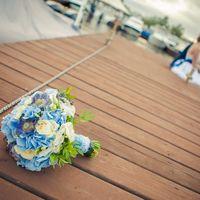 Бело-голубой букет невесты из гортензий, роз и скабиозы
