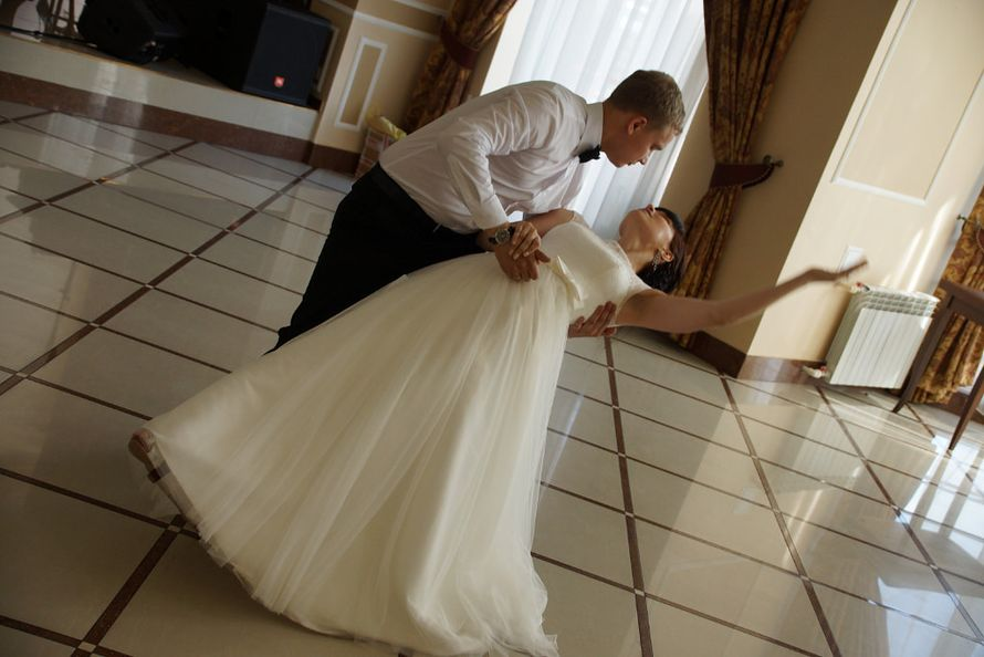 Какая нежность… ребята танцевали с такой любовью!))Пронесите эту любовь через всю жизнь, дорогие Кристина и Андрей!) - фото 6686610 Студия свадебного танца «Contrast»