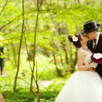 Свадебный букет: бордовые розы,фаленопсис,жемчужины