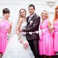 Жених, невеста и её подружки в ярко-розовом