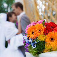 Яркий букет невесты из роз и гербер