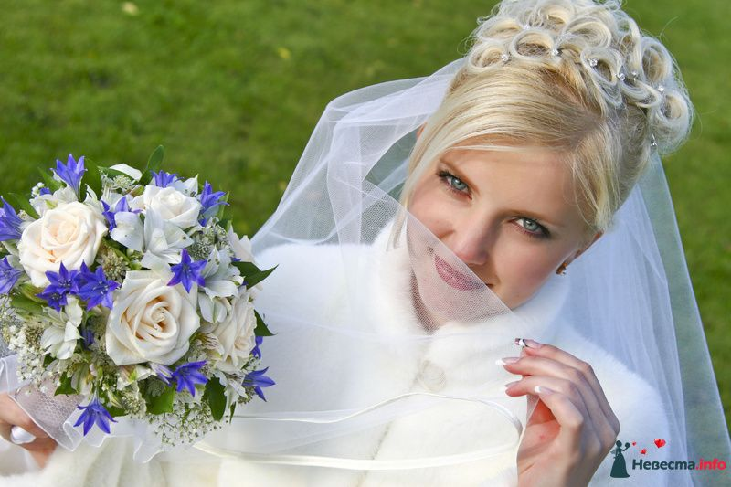 Букет невесты в круглом стиле из белых роз и гипсофилы, зеленой - фото 127191 Lisa