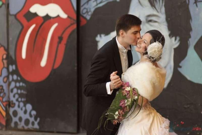 Жених и невеста, прислонившись друг к другу, стоят на фоне разрисованной стены - фото 25350 Эльмира