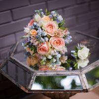 Свадебный букет невесты с голубым дельфиниумом, персиковыми розами и вероной