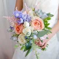 Букет невесты составлен из суккулента, астильбы,роз, дельфиниума и эвкалипта