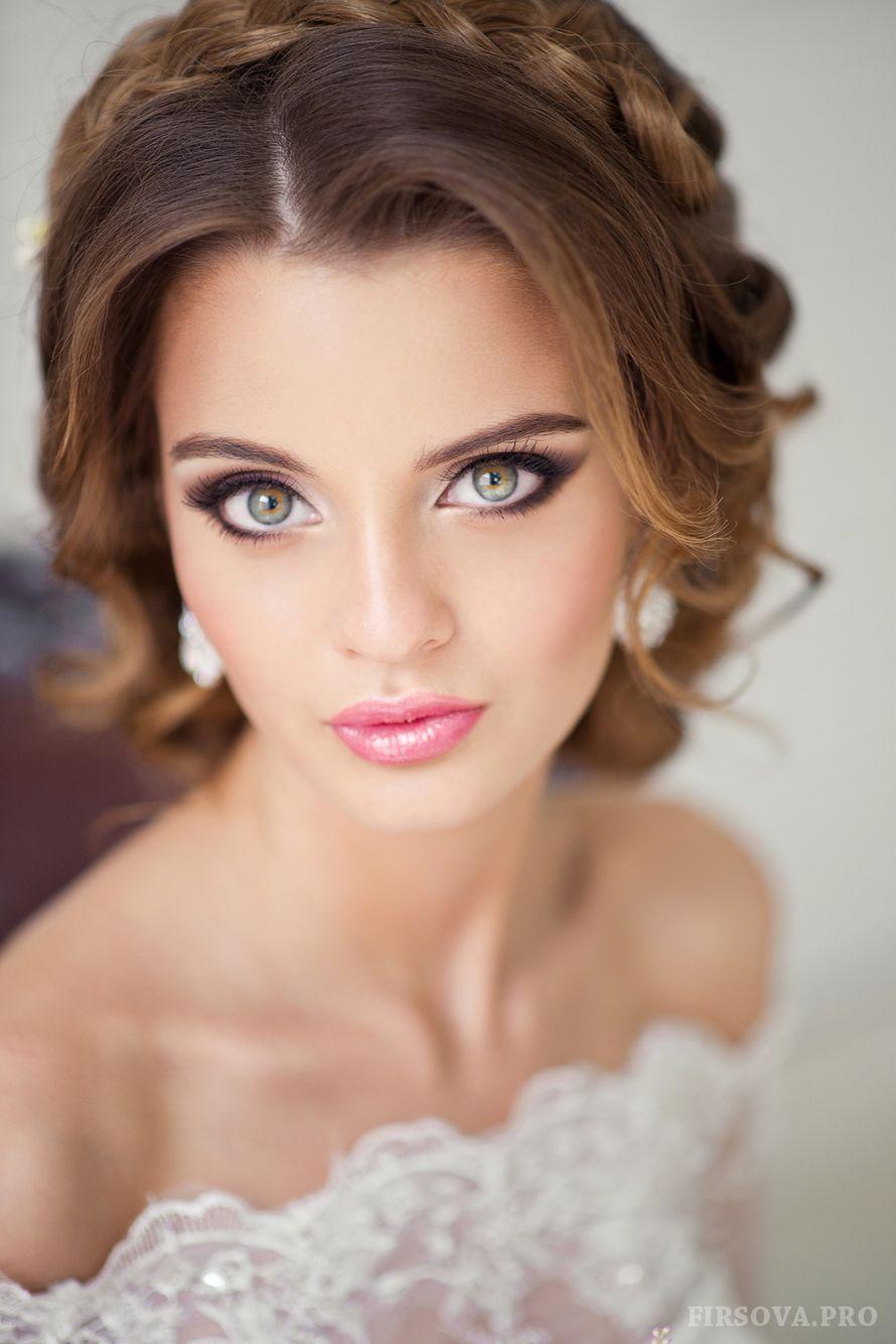 Романтический образ невесты выражен в прическе из длинных локонов и косы по кругу собранных в пучок на затылке - фото 2246994 Фотограф Катя Фирсова