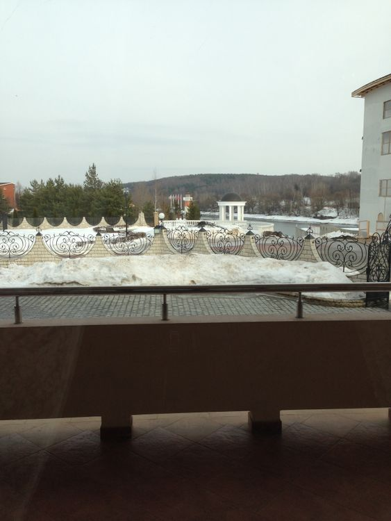 Белый Берег 1 этаж ресторана вид с балкона на ротонду
