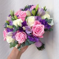 Букет из эустомы, Фрезии и роз с зеленью эвкалипта