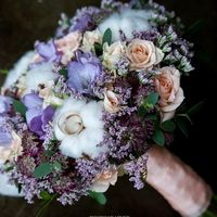 букет из фрезии, астранции, кустовой розы, хлопка, лемониума и зелени эвкалипта
