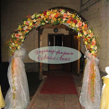 Свадебная арка из живых цветов+ткань