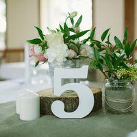 Свадебная флористика, рустик, Rustic, цветы на столах гостей, мешковина, свечи, номерки на столы гостей, спилы, дерево