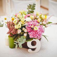 свадьба, свадебная флористика, цветы на столах гостей, деревянные ящики