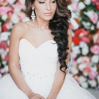 Прическа на длинные волосы на один бок