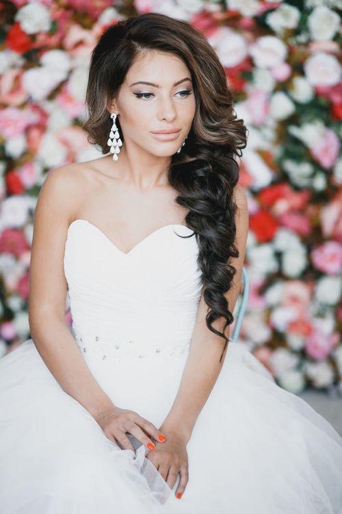 Прическа на невесты волосы на один бок