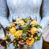 Букет невесты из рыжих розочек, гиперикума, эрингиума, брунии и зелени  Флорист Рина Озерова Фотограф Мария Гринчук