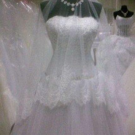 Свадебное пышное платье  с фатиновой юбкой
