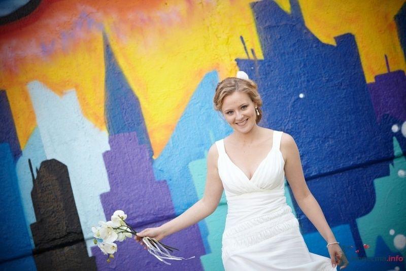 Невеста в белом длинном платье стоит у разноцветной стены - фото 47793 Невеста01