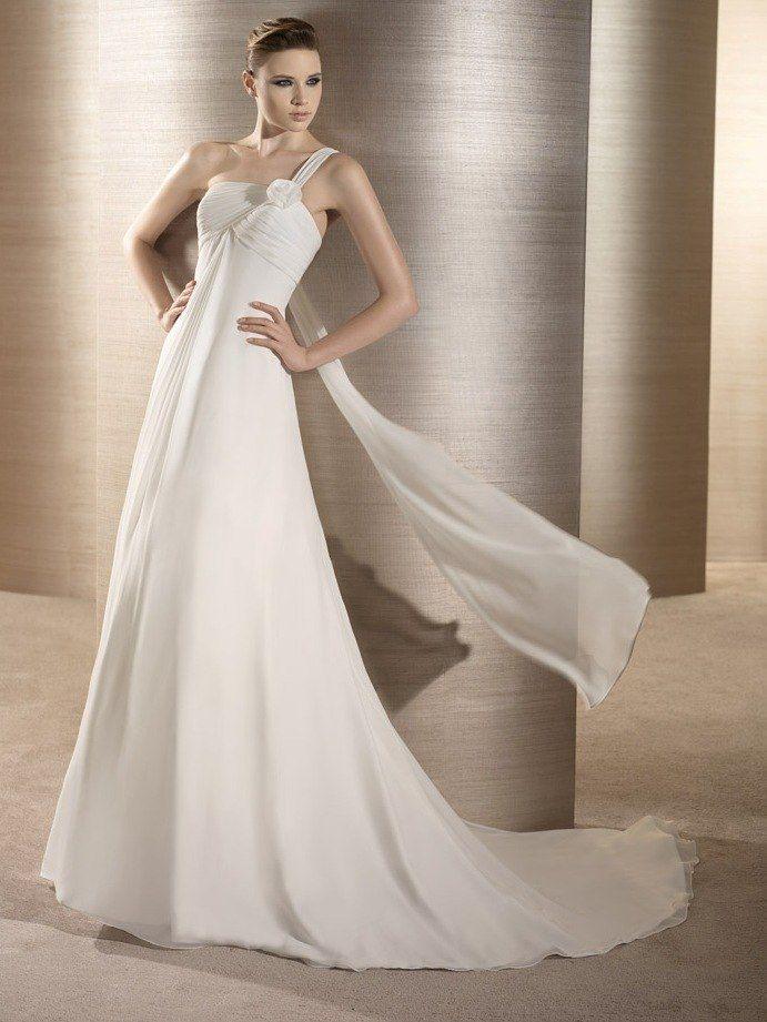 Невеста в прямом белом платье в греческом стиле со шлейфом, с лифом с драпировкой и бретелью на одно плече  - фото 1488757 La Promesa свадебный бутик - испанские платья
