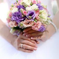Букет невесты из фиолетовой эустомы,белой эустомы,розовой эустомы,розовой кустовай розы,зелень.