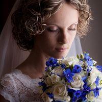 Невеста с букетом из синих фиалок и белых роз