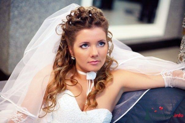 Утонченный лик будущей молодой жены превосходно подчеркивает прическа на длинные волосы - собранные локоны, украшенные шпильками - фото 31569 Коськ@