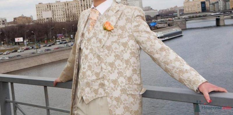"""Костюм жениха """"тройка"""" с узорчатыми бежевыми пиджаком и жилеткой, бежевыми брюками, белой рубашкой, оранжевым галстуком и - фото 26817 Пряник"""