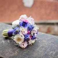 Букет невесты из роз, анемонов и гербер в синих и белых тонах