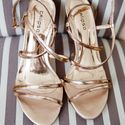 Ббохо-стиль, золотые босоножки-плетенки для невесты на полосатом фоне