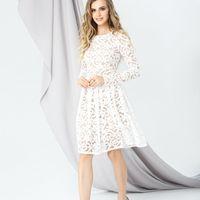 Модель EMSE 0285 Коктейльное кружевное платье, отрезное по линии талии, длиной ниже уровня колена. Вырез горловины круглый. Юбка с бантовыми складками. Рукав втачной,  длинный. На подкладке. Основная ткань – кружево. Возможное цветовое оформление: молочны