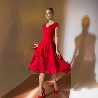 Цена 195,00. Модель EMSE 0340 Коктейльное платье приталенного силуэта, отрезное по линии талии, длиной ниже уровня колена, со спущенной линией плеча. Платье с притачным поясом. Лиф переда с «V» - образной формой горловины и косой вытачкой по талии. Горлов