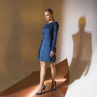Ценп 145,00. Модель EMSE 0349 Коктейльное платье прилегающего силуэта длиной выше уровня колена. В рельефы переда и спинки вставлены рюши. Рукава длинные. В среднем шве спинки - застежка на потайную тесьму «молния». Основная ткань: замша. Возможное цветов