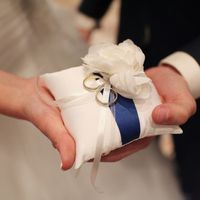 Подушечка для колец с синей лентой и розой