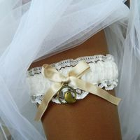 """Свадебная подвязка """"Пэлома"""" - винтажное кружево, подвеска в виде голубка."""