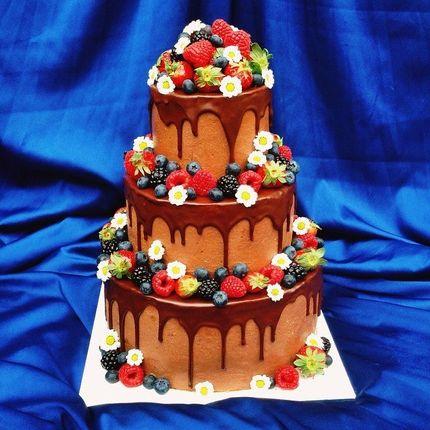 Кремовый торт в глазури со свежими ягодами